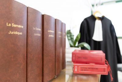 Cabinet d'avocats - la semaine juridique, code civil et toge